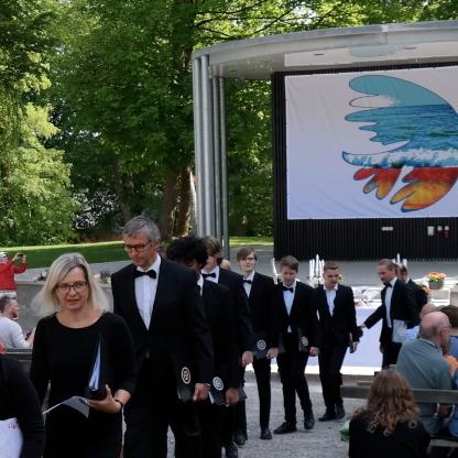 Over 100 korsangere ankommer. Drenge-Mandskoret, Nordvestjysk pigekor, Tilsted og Hansted Kirkers pigekor og deres 4 korledere sammen med FDF-orkestret.