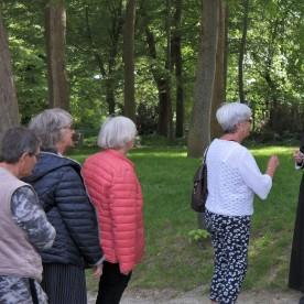 Folk strømmer til de 5 stationer, hvor 10 præster fra Thisted Provsti sørger for nadveruddeling.